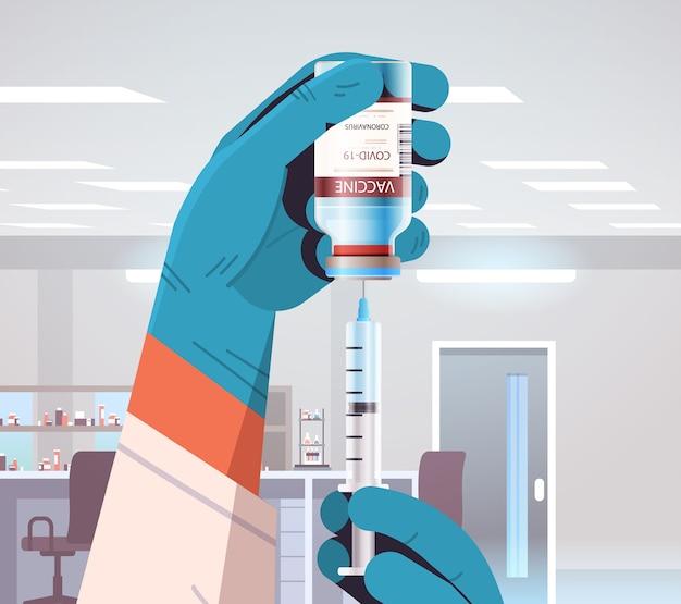 Wetenschapper die nieuw coronavirusvaccin ontwikkelt in laboratoriumonderzoeker die spuit en flesflesje houdt vaccinontwikkeling strijd tegen covid-19 conceptillustratie Premium Vector