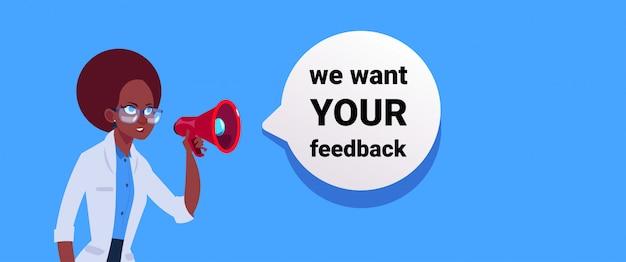 Wij willen uw feedback. vrouw hand houden megafoon banner voor zakelijke promotie en reclame. communicatie met klantenrecensies. Premium Vector
