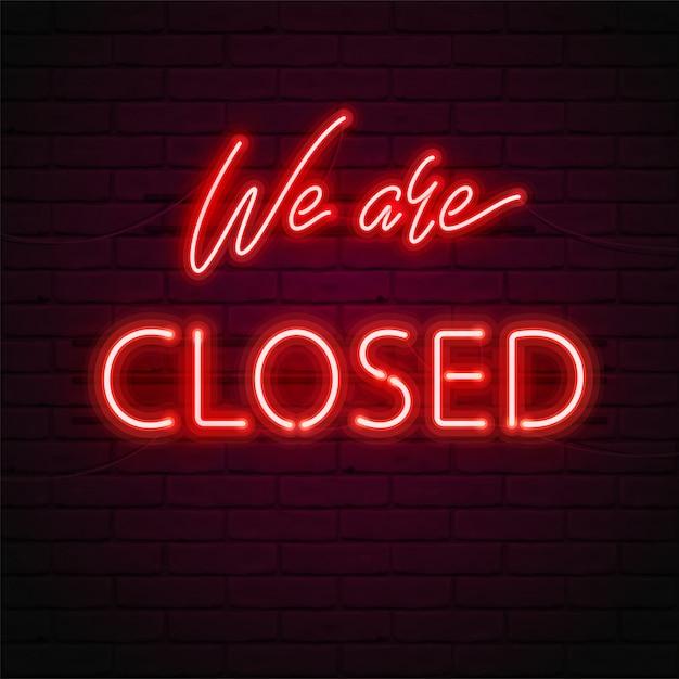 Wij zijn gesloten gloed rood neon lettertype, fluorescentielampen op bakstenen muurachtergrond. illustratie voor van teken op de deur van winkel, café, bar of restaurant,. heldere typografie. Premium Vector