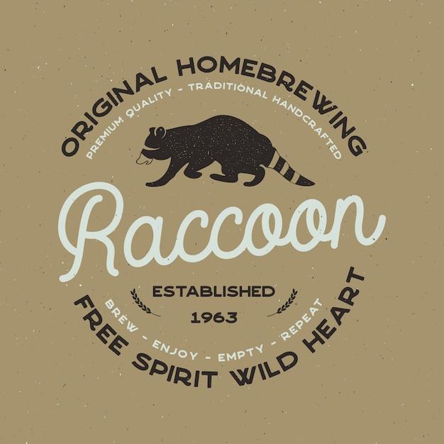 Wild dierbadge met wasbeer- en typografie-elementen. bierlogo sjabloon voor brouwerijbedrijf. voorraad vector bierhuis label, embleem met boekdruk effect. Premium Vector