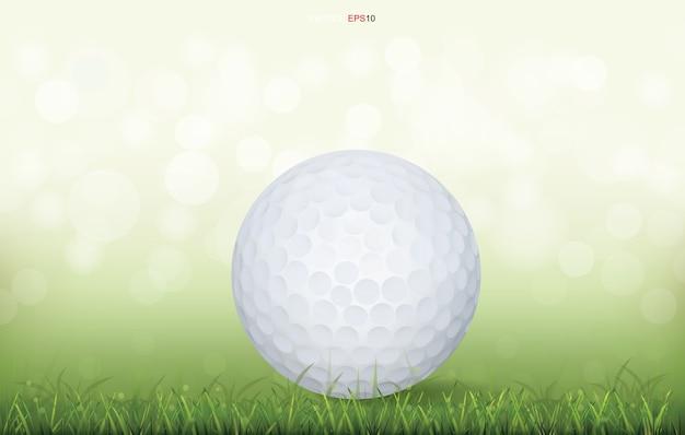 Witte golfbal op groen grasveld en licht wazig bokeh achtergrond Premium Vector
