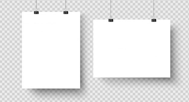 Witte lege posters opknoping op bindmiddelen mockup Premium Vector