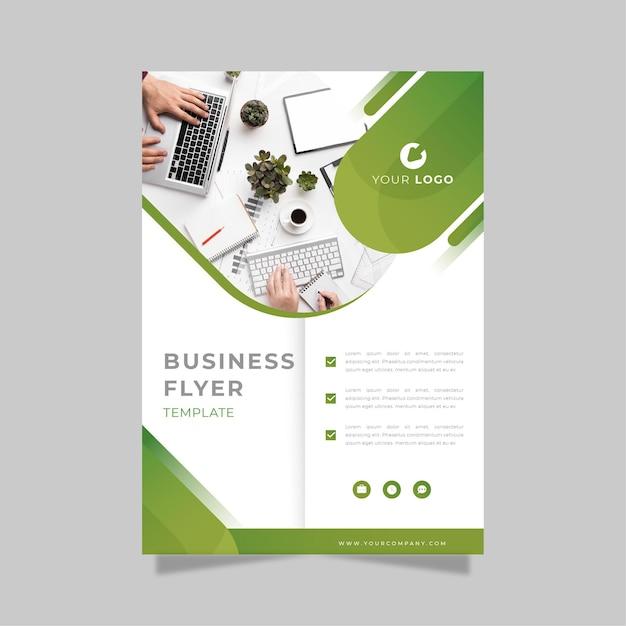 Zakelijke flyer afdruksjabloon in groene en witte tinten Gratis Vector