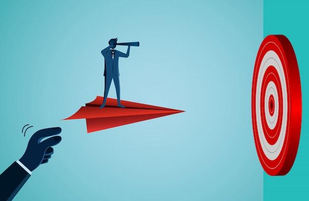 Zakenlieden één die holdingsverrekijker op een papieren vliegtuig gooien gooien naar doelcirkel rood Premium Vector
