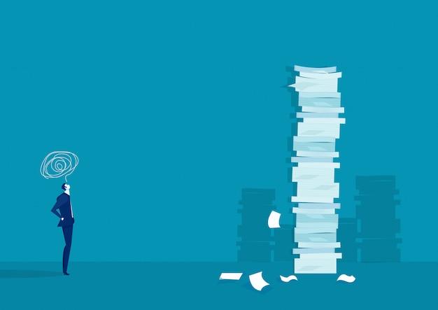 Zakenman denken en oplossing met zeer lange stapel papier versus man Premium Vector
