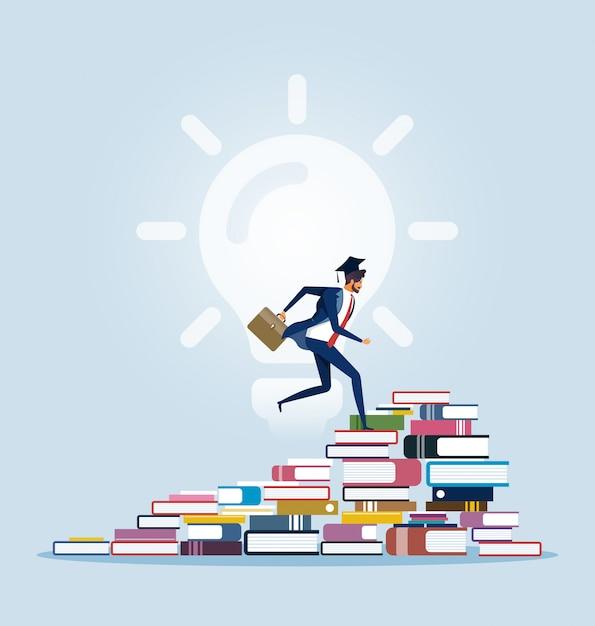 Zakenman die tot de bovenkant van boekstapels beklimt Premium Vector