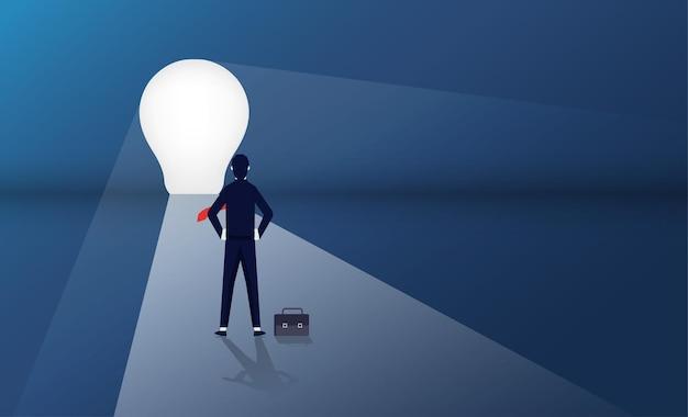 Zakenman die zich voor het concept van de gloeilampendeur bevindt. bedrijfs- en carrièrepad-symbool Premium Vector