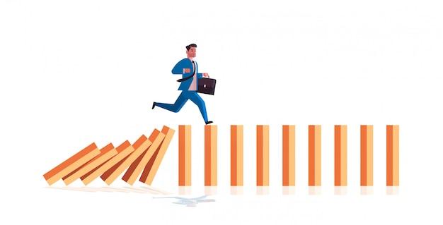 Zakenman draait op vallende domino's probleemoplossend domino-effect crisismanagement kettingreactie financiën interventieconcept horizontale volledige lengte Premium Vector
