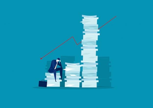 Zakenman stress en oplossing met zeer lange stapel papier Premium Vector