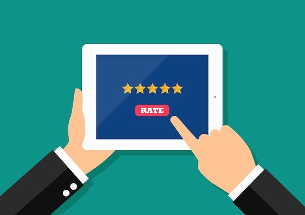 Zakenman vijf sterren geven op smartphone. Premium Vector