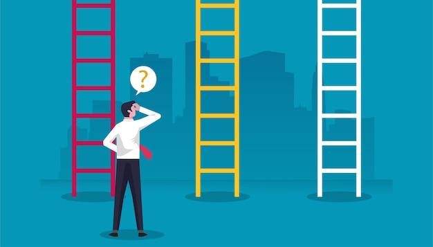 Zakenmankarakter dat zich voor ladders bevindt en verward het nemen van beslissing in bedrijfsillustratie. Premium Vector
