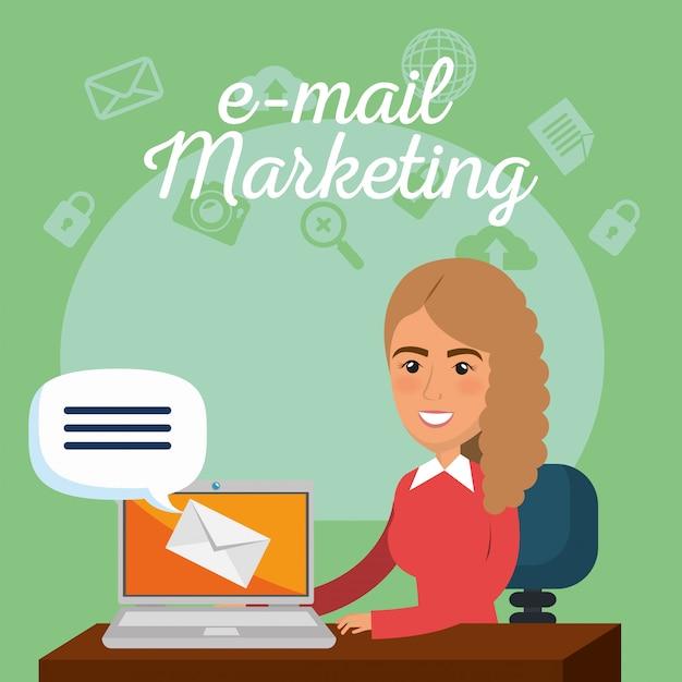 Zakenvrouw in het kantoor met e-mailmarketing pictogrammen Gratis Vector