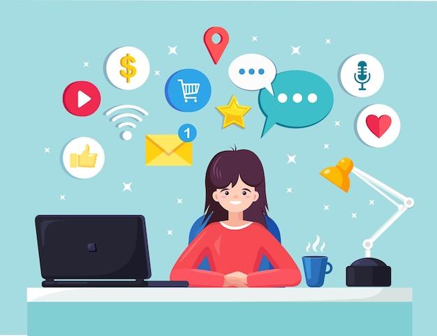 Zakenvrouw werken bij bureau met sociaal netwerk, mediapictogram. manager zittend op een stoel, chatten. kantoorinterieur met laptop, documenten, koffie. werkplek voor werknemer, werknemer. Premium Vector