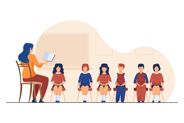 Zangcoach lesgeven aan groep kinderen. muziekleraar, koor van kinderen in de klas platte vectorillustratie. muziekles, onderwijs, hobby Gratis Vector