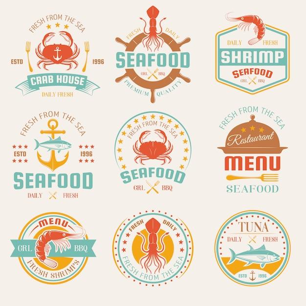 Zeevruchten gekleurde restaurant emblemen met bestek en cloche mariene producten anker en roer geïsoleerd Gratis Vector