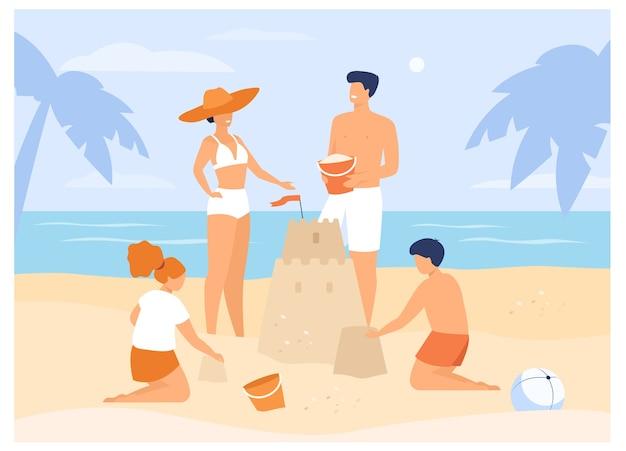 Zomer gezinsactiviteiten. kinderen, mama en papa die zandkasteel op strand maken. voor tropisch resort, vakantie, toerisme Gratis Vector