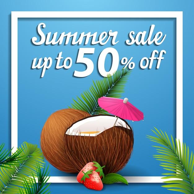 Zomer verkoop, korting vierkante webbanner met aardbei cocktail in kokosnoot Premium Vector