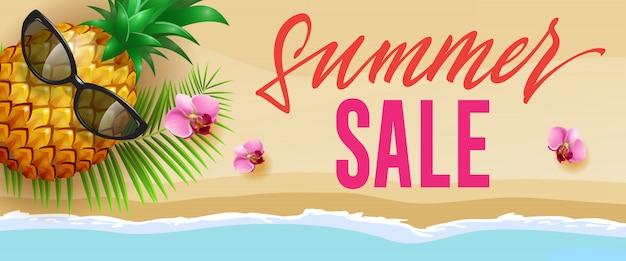 Zomer verkoop stijlvolle banner met roze bloemen, ananas, zonnebril, palmblad en strand Gratis Vector