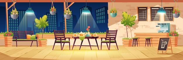 Zomerterras, nacht buiten stadscafé, koffiehuis met houten tafel, stoelen, verlichting en potplanten, schoolbordmenu op stadsgezicht. moderne straatcafetaria, cartoon afbeelding Gratis Vector