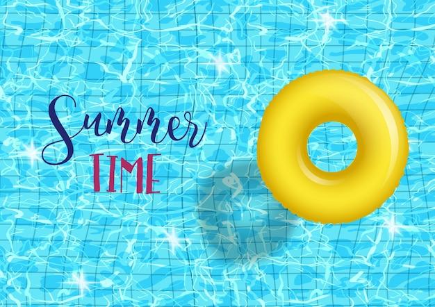 Zomertijd zwembad partij poster sjabloon met blauwe zwembad golfde water achtergrond met gele inbare ring. Premium Vector