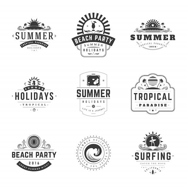 Zomervakantie etiketten of badges retro typografie vector ontwerpsjablonen instellen. Premium Vector