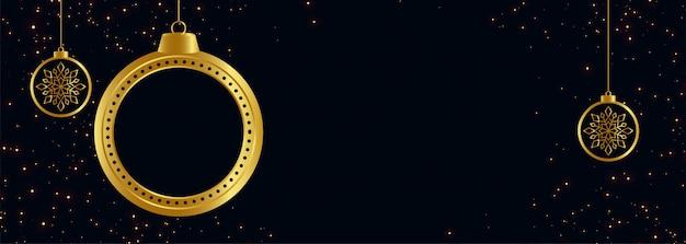 Zwarte en gouden vrolijke kerstmisbanner met tekstruimte Gratis Vector